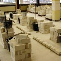 Fertig eingerichtete Maurer- Arbeitsplätze mit Steinen und Mörtelfässer.