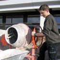 Das Bild zeigt einen Schüler beim Ausleeren der Mischmaschine