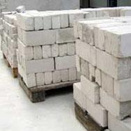 Das Bild zeigt einen sauber aufgepackten Steinstapel