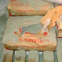 Das Bild zeigt einen falsch geöffneten Zementsack.