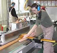 Das Bild zeigt einen Schüler bei Abrichthobelarbeiten