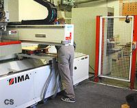 Das Bild zeigt einen Mitarbeiter beim Einrichten eines Bearbeitungszentrums (BAZ)