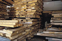 Auf dem Bild sind Holzstapel mit kürzeren Brettern und  verschiedenen Längen zu sehen.