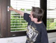 Dieses Bild zeigt einen Schüler, der versucht ein Fenster zu öffnen.