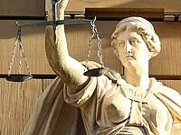 Statue der Justitia mit Waage