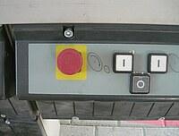 Das Bild zeigt de Not-Aus Schalter einer Formatkreissäge.