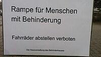 Ein Schild mit der Aufschrift Rampe für Menschen mit Behinderung.
