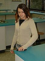 Hier ist eine unsachgemäße Szene in Bezug auf den Umgang mit Küchenmessern dargestellt.