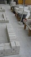 Das Bild zeigt einen optimal eingerichteten Maurerarbeitsplatz zum Erstellen eines 24er Mauerwerks mit Mauerecke