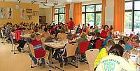 Schülergruppe beim Essen in der Mensa