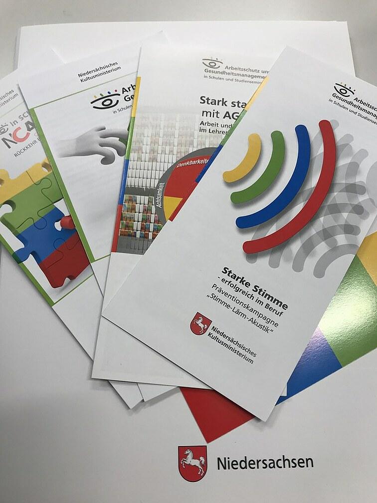 Bild: Flyer und Broschüren des Niedersächsischen Kultusministeriums