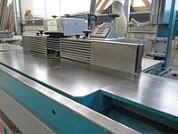 Hier der Tisch und die Werkzeugspindel einer Tischfäse für Holz zu sehen.