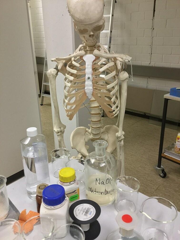 Viele Chemikalien auf einem kleinen Labortisch, die Chemikalien werden falsch gelagert