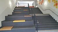 Sitzstufen neben einer Treppe