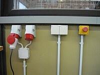Das Bild zeigt verschiedene 230 und 400 Volt Steckdosen.