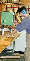 Schüler arbeitet an Ständerbohrmaschine
