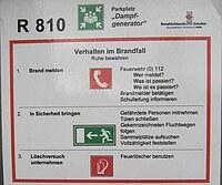 Das Bild zeigt Anweisungen zum Verhalten im Brandfall.