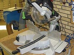 Dieses Bild zeigt eine moderne Kappsäge in der Front/Schrägansicht.