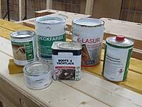 Hier ist eine Auswahl verschiedener Holzschutzmittel zu sehen.