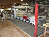 Hier ist ein modernes Bearbeitungszentrum mit einem berührungsempfindlichen Bodenteil und weiterer Absperrung zu sehen.