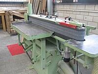 Das Bild zeigt eine Kantenbandschleifmaschine von der Seite aus fotografiert.