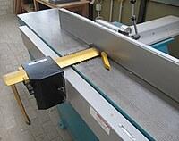 Das Bild zeigt eine Schutzschiene, die die Messerwelle eines Abrichters abdeckt