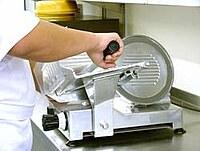 Hier ist die Bedienung einer Allschnittmaschine dargestellt.