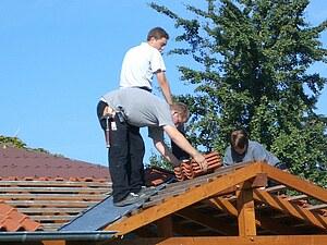 Das Bild zeigt Schüler bei der Verlegung von Dachziegeln im Bereich einer Kehle.